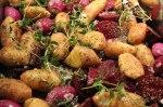 Ugnsrostade rotfrukter med färsk timjan. Redo att tillagas.