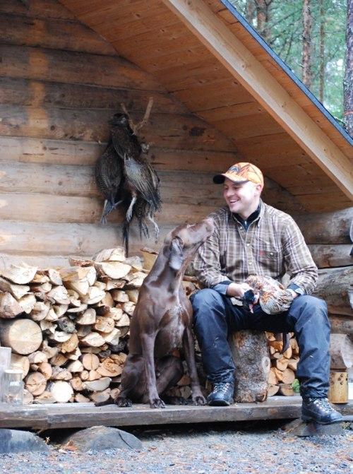Peter och Iver pustar ut framför Kai's fina jaktkoja...
