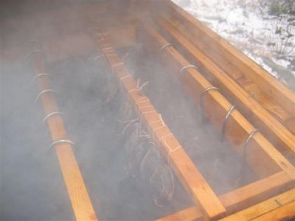 Bild över locket. Köttet hängs längst upp i kåtan