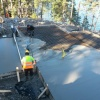 Gjutning av betongplatta i skärgården med hjälp av helikopter