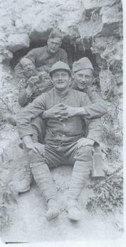 Ivan med kamrater i skyttegraven. Fotot från Brevsamling Kungl. biblioteket, Stockholm