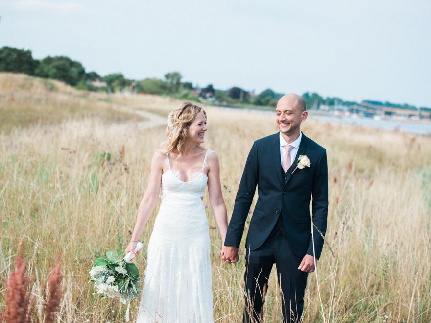 Skillinge i bakgrunden på denna fina bröllopsfotografering på Österlen.