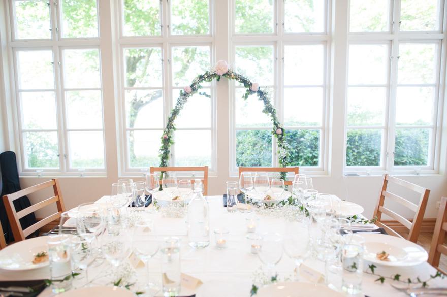 Bröllop på Kafferosteriet på Österlen. Fotograf Rebecca Wallin