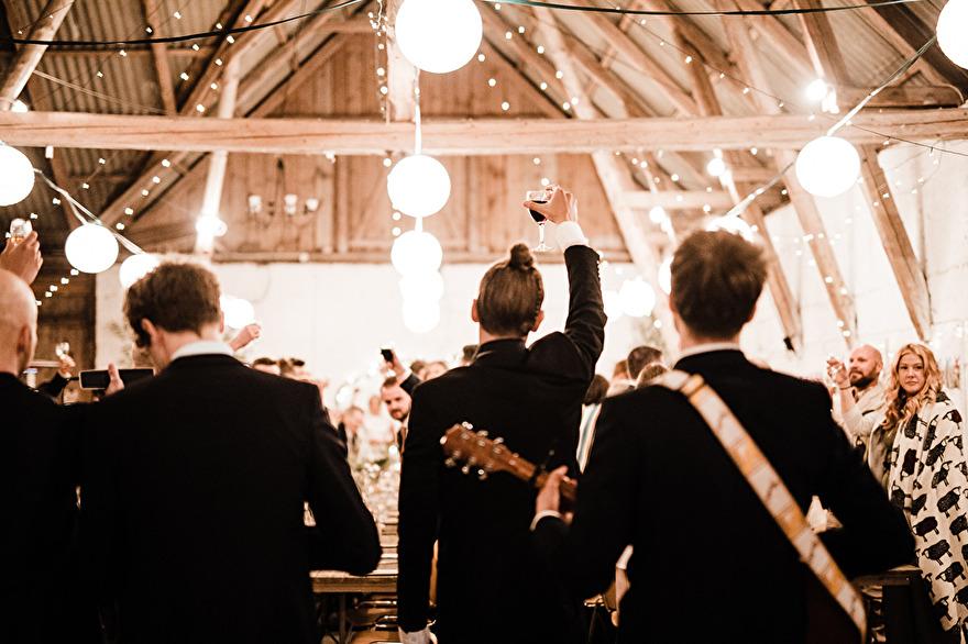 Rustic barnwedding in Sweden. Rebecca Wallin