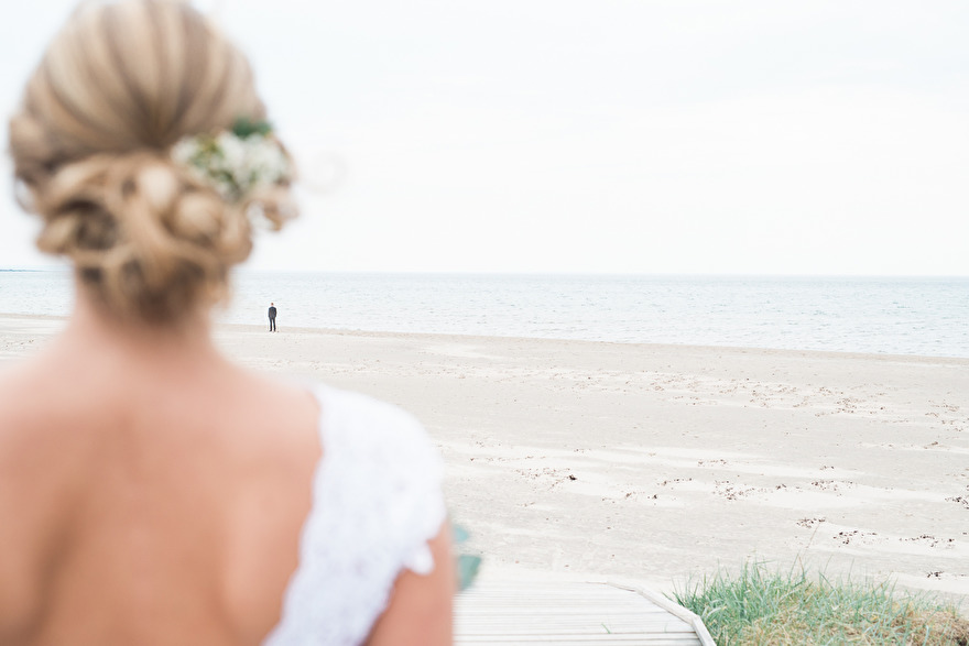 Rustic barnwedding with an amazing first-look by the sea, Halmstad.
