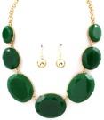 Halsband och örhängen med gröna stenar