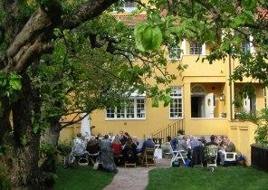 Varje år träffas medlemmarna för en picknick i Jolos trädgård på Lidingö (foto Kerstin Nylander)