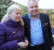 Vibecke Olsson och Mats Gellerfelt i Jolos trädgård  (foto: Kerstin Nylander)