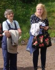 Vibeke Olsson tillsammans med nuvarande ägaren till Jolos sommarhus vid kanten av Hallandsåsen (foto Kerstin Nylander)