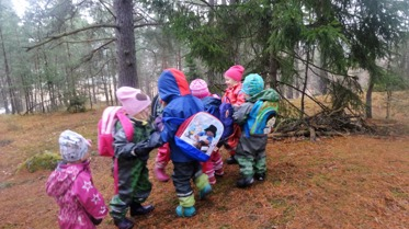 innan vi slutar knyttet sjunger för djuren vi har träffat i skogen, idag hittade L en liten snigel