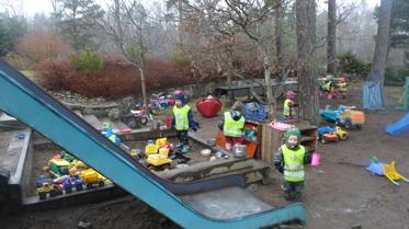 Lyckliga barn hittade massor med vatten i lekparken när vi kom tillbaka