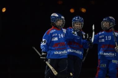Elias Andersson gratuleras av Melker och Joakim efter ett härligt mål mot sandviken.