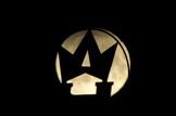 Månadens fullmåne passerar kronan på hyttpipan.