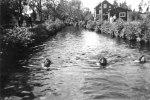 Svartå Tre flickor simmar i kanalen Irma Forsberg, Ragna Lundström, Karin Andersson ca 1940  Bastun på höger sida