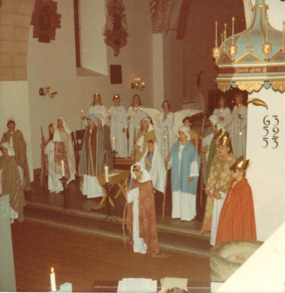Åhus Flickkör gör julspel i Åhus kyrka, sent 70-tal. Jag är en av herdarna i bakgrunden på vänster sida.