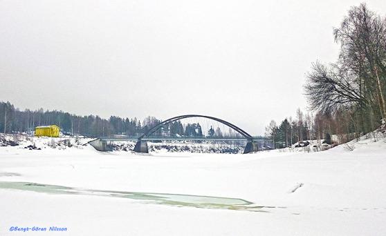 Bron vid Bondersbyn och gula gården, numera hembygdsgård till vänster