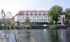 Boka till en extranatt dagen före eller efter cykelturen på fullservicehotell centralt i Falkenberg med utsikt över laxån Ätran.
