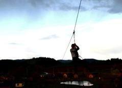 Höjdrädd? Om inte, passa på att prova den 250-meter långa ziplinbanan på boendet dag 1!
