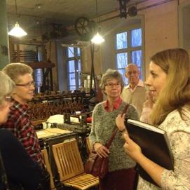 Anna-Sara Wallin Borg var uppskattad  guid på KA Almgrens Sidenväveri. intensivt lyssnande är bl.a. Mona Stråling, Monica Lyngborn och Kurt Lundgren.