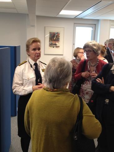 Iförd uniform visade Tullverkets generaltulldirektör och tillika ordförande i föreningen runt i huvudkontorets nya lokaler på Tegeluddsvägen 21.