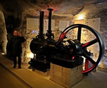 Eva Larsson, Länsmuseet, guidade oss i Sickla. Här framför en av Atlas första kompressorer, som räddades från ödet att skrotas.  Foto Lars Höglund.
