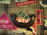 Resväska med många etiketter