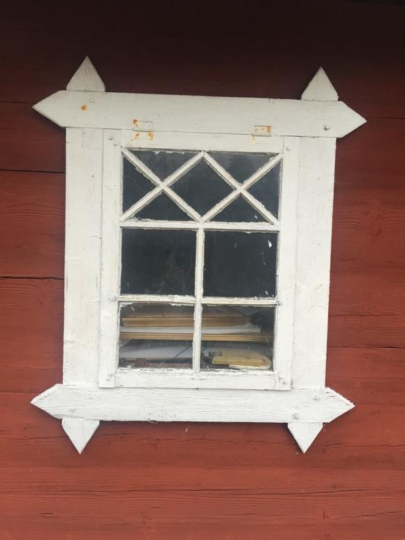 Fint fönster på liten ladugård i Skuntamåla