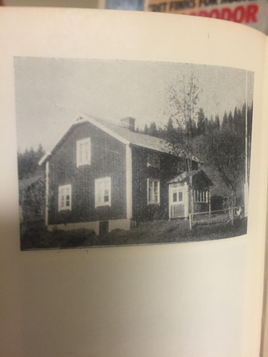 Måndagens roligaste fynd!!! Martina snokade lite på bibblan och hittade en förteckning över Ångermanlands gårdar från 1946. Och se vad hittar vi där?!!! Jajjamän, vårt lilla hus, men flaggstång och allt. :-)