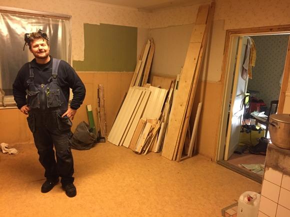Allt gips och masonit står i Linnéa-rummet, allt trä bakom Uffe.