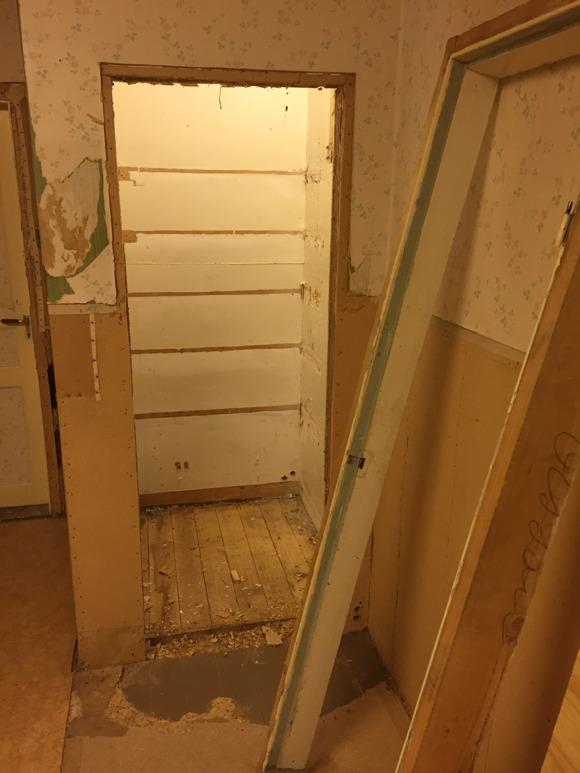 dörr-ramen uttagen till skafferiet. Notera att snickaren har antecknat beställarens namn när han byggde den. Det sitter i väggarna... :-)