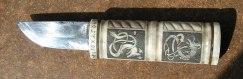 En liten kniv jag makade på 70-talet, graverade med drakmotiv samt som jag senare tränat scrimshaw på...