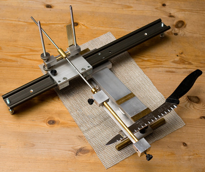 Extra equipment for EdgePal Chef. The pivot point can be moved sideways. Serrated blades as in the picture can be grinded  - and long blades can be sharpener with exactly the same edge angle along the blade incouding the belly and the tip. Read more on Extra equipment.