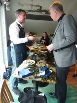 Per Karlsson från Everts Sjöbod visade ostronöppning vid ett av borden.