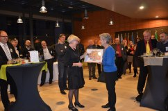 Wanja Lundby-Wedin avtackas av EFS generalsekreterare Bernadette Ségol.