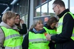 YS ledare Tore Eugen Kvalheim pratar med strejkande från Colosseumklinikken. Foto: www.ys.no