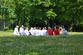 Föreläsning om qigong en vacker sommardag.
