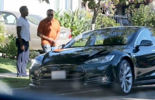 Laurence Fishburne vid sin Model S (Bild: Autoevolution.com)