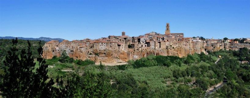 Staden Pitigliano klänger på de stupbranta klipporna