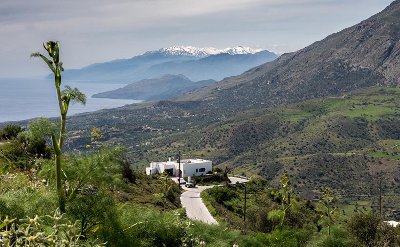 Utsikt från byn Saktouria, som blev resans slutpunkt, utefter sydkusten västerut mot Vita Bergen i fonden
