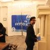 Kurator og museumsdirektør for Felix Art,  Sergio Servellón  i inngangsrummet. Uten ham, ingen utstilling.