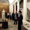 Servellón håller tale om utstillingen på forhåndsvisningen