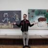 Stefan Winroth foran sine malerier