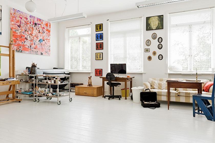 Ingrid Forfangs ateljé, f.d klassrum. Förra ägare hade gjort om klassrummet till tre små rum och en hall. Vi rev ut allt och fick tillbaka det ljusa vakra rummet i 2010. Innan dess hade vi gemensamma ateljéer i det som numera är allrum och Orions ateljé.