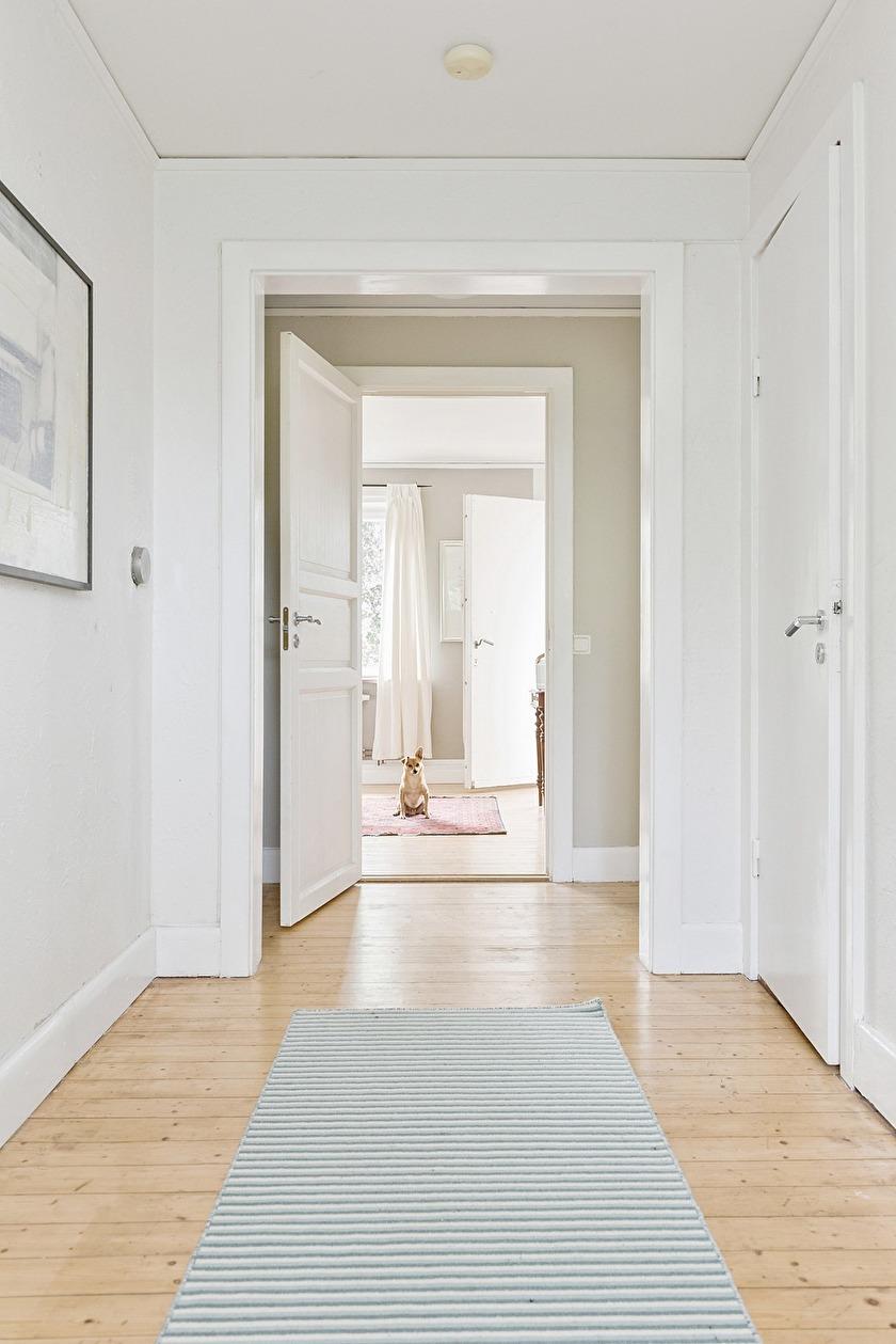 Hallen utanför badrum och två utav sovrummen. OBS! Hunden är inte till salu!