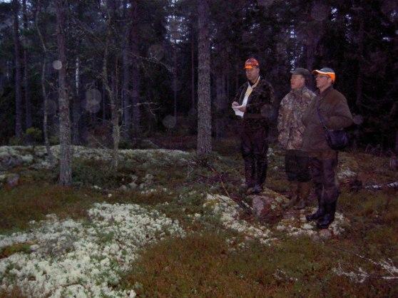 Från vänster Göran Österberg UTK, Joakim och Lennart Andersson HTK lyssnar  och funderar om de skall närma sig drevet