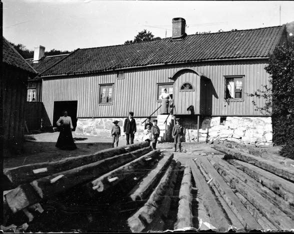 Gården på Västra gatan 43 vid sekelskiftet 1900