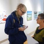 Journalisten Jens Alexander Olofsson, Kalix Folkhögskola, på besök och fick några synpunkter av ordföranden Inger Månsson.