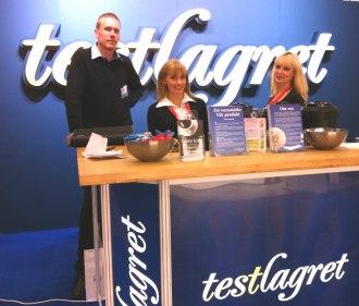 Renommés värdinnor bjuder på kaffe och godis, fångar och informerar nya kunder tillsammans med Testlagrets VD, Anders.