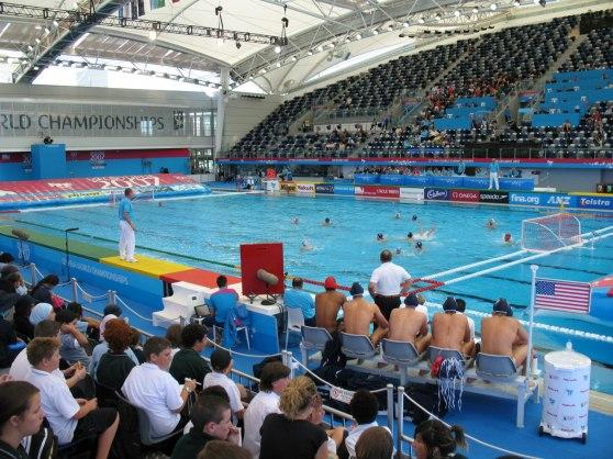"""Översiktsbild på spelfält från VM i vattenpolo _ Melbourne. Notera också """"catwalken"""" som domarna går på. Den har samma färg som linorna i vattnet."""