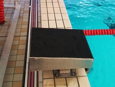 I Hultsfred har man valt att lägga Swim Systems nya halkfria yta uppe på de gamla startpallarna.